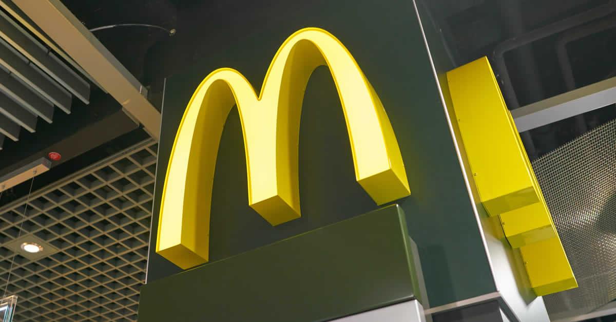 マクドナルド、スマホ決済でレジに並ばず注文可能に 沖縄で先行導入